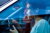 Mit Kopfhörer am Steuer Auto fahren