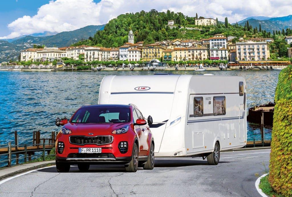LMC Maestro Caravan hinter rotem Hinundai Zugfahrzeug.