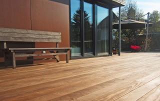 Terrassendielen aus Holz ohne sichtbare Verschraubungen