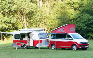 Traumgespann: VW California Ocean Red und Eriba Touring Rockabilly
