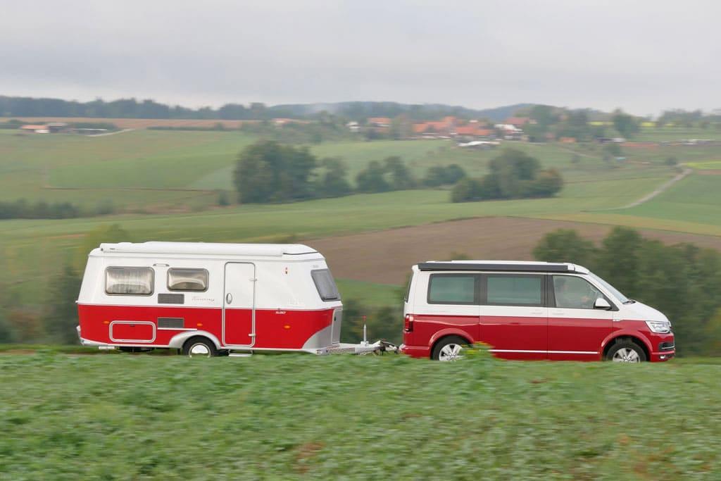 Traumgespann: VW California Ocean Red und Eriba Touring Rockabilly